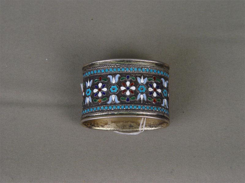 Кольцо длясалфетки, серебро 84пробы, перегородчатая эмаль. Россия, конец XIXвека, общий вес— 43,8г