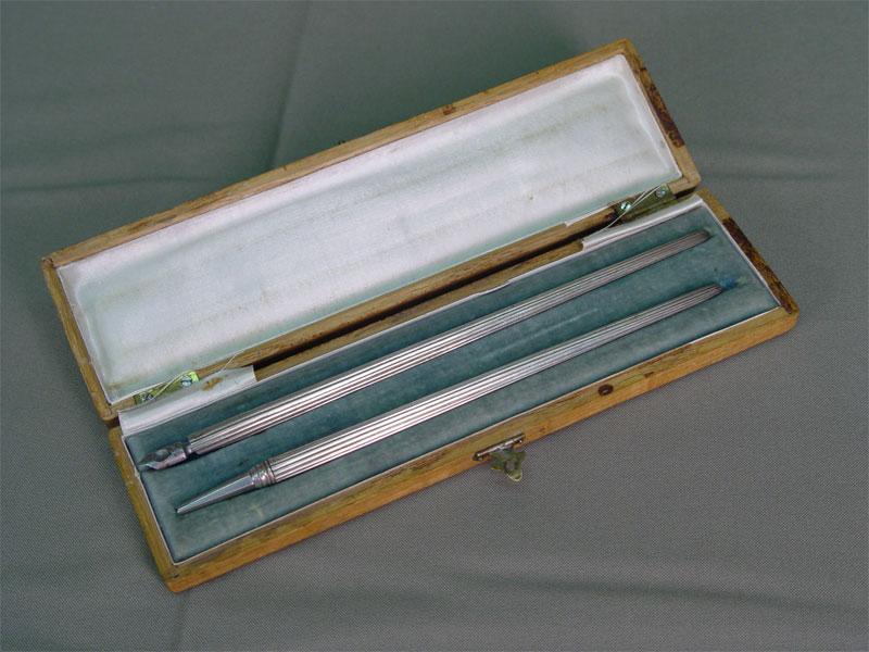 Письменный прибор вдеревянном футляре: перо икарандаш, серебро 84пробы, общий вес— 32,5г. Россия, начало XXвека, длина— 21см
