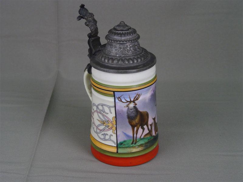 Кружка пивная, молочное стекло, деколь сподрисовкой; крышка— олово. Германия, конец XIX— начало XXвека, высота— 20,5см