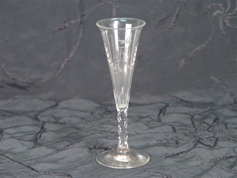 Бокал, стекло, шлифовка, резьба, гравировка (инициалы «ВД»). Россия, первая половина XIXвека, высота— 17,7см
