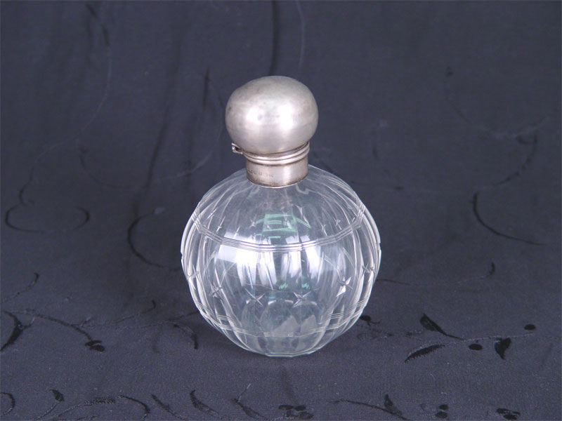 Флакон, стекло, шлифовка, резьба, верх-серебро пореактиву. Англия, XIXв., высота— 14,5см