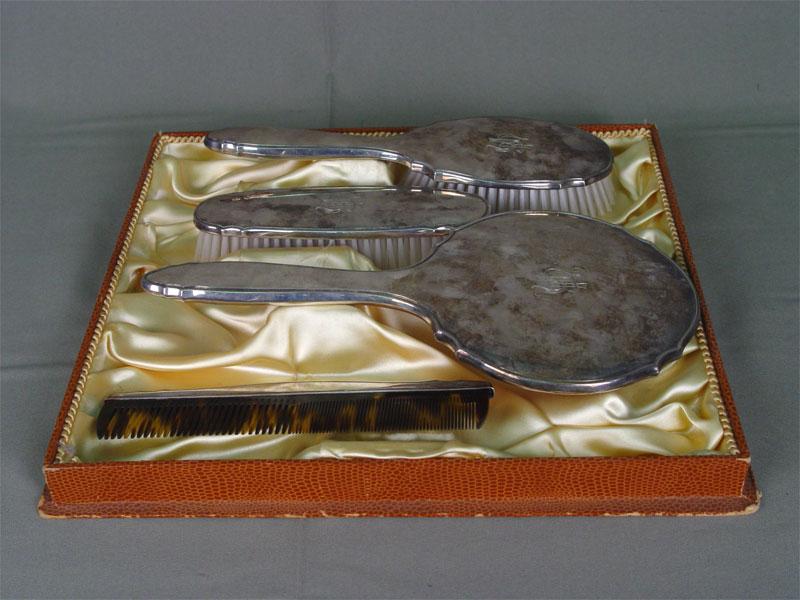 Туалетный набор (4предмета: зеркало, две щетки, расческа), серебро 835пробы. Западная Европа, пер.пол.XXв., владельческая монограмма «UH», L зеркала=27,5см