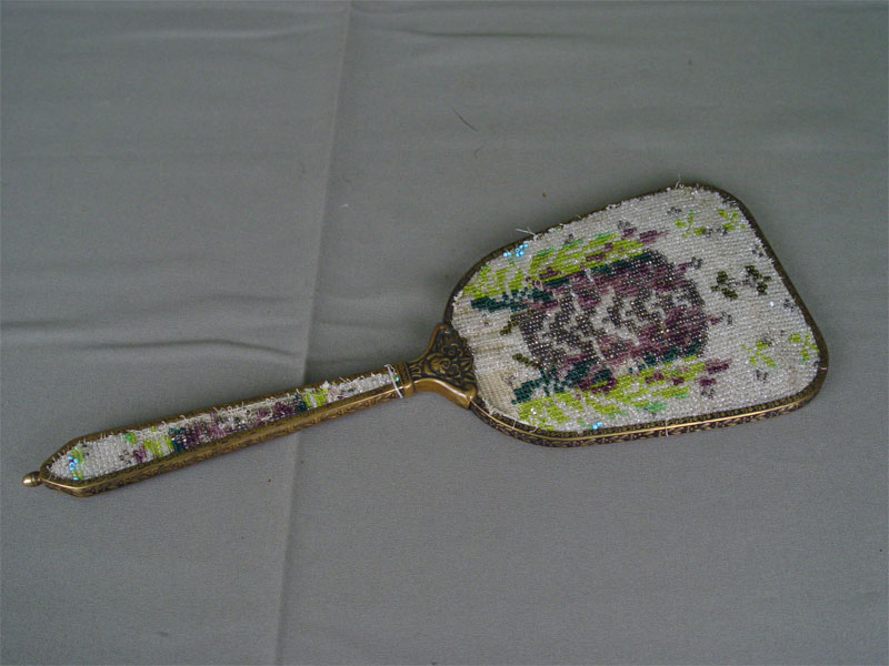 Зеркало, латунь, вышивка бисером. Западная Европа, конец XIX— начало XXвека, длина— 32см