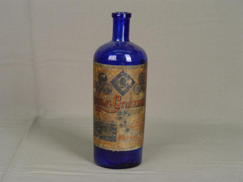 Бутылка сэтикеткой «Леопольд Столкинд иКо. Москва», стекло, начало XXвека, высота— 20см