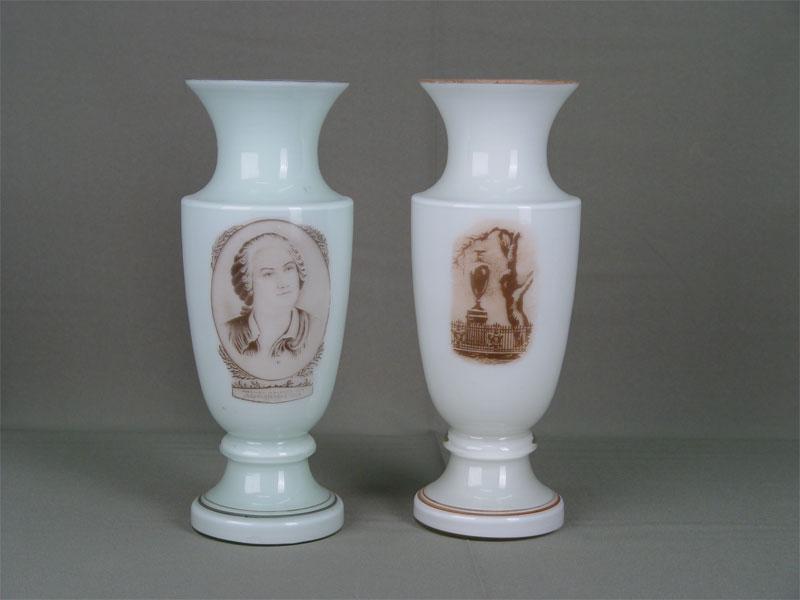 Пара ваз дляцветов, молочное стекло, деколь, 50—60-е гг.XXв., высота— 25,3см