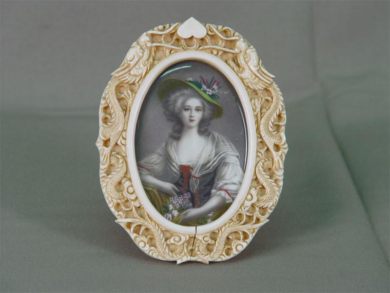 Неизвестный художник, «Портрет молодой женщины», акварель, гуашь, кость. Западная Европа, XIXвек, размер: 9,5×6см (овал). Рама: кость, резьба. Китай, конец XIX— начало XXвека