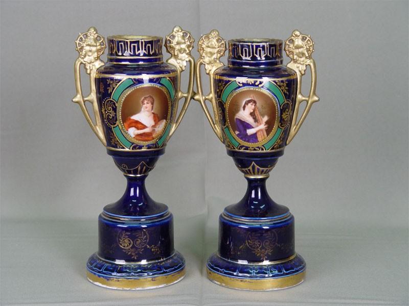 Пара ваз, фарфор, деколь, золочение. Вена, конец XIXвека, высота— 26,7см. Крышки утрачены, имеется незначительная реставрация.