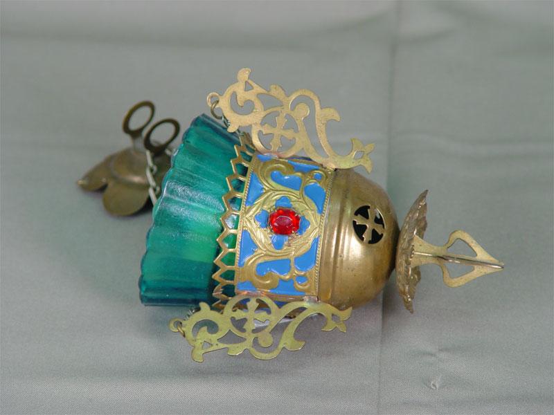 Лампада подвесная, латунь, стекло, конец XIX— начало XXвека, высота (вместе сцепями) 41см