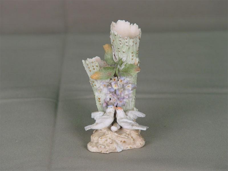Миниатюрная вазочка дляцветов, бисквит, роспись. Западная Европа, начало XXвека, высота— 9,5см (есть сколы)