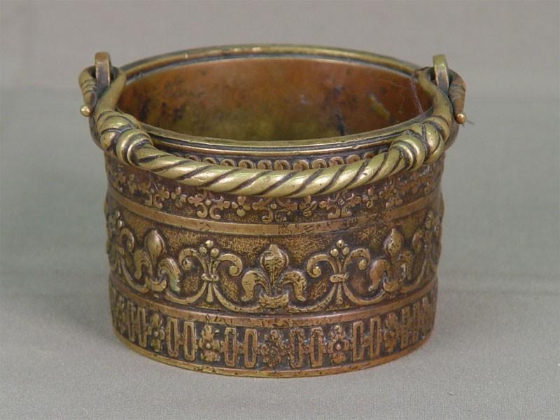 Вазочка сручкой, бронза, литье. Западная Европа, XIXв., диаметр— 10см, высота— 6см