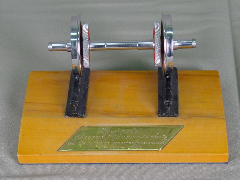 Сувенир «Рельсы иколеса», металл, подставка— дерево. Россия, 1973год, размер: 10×16см