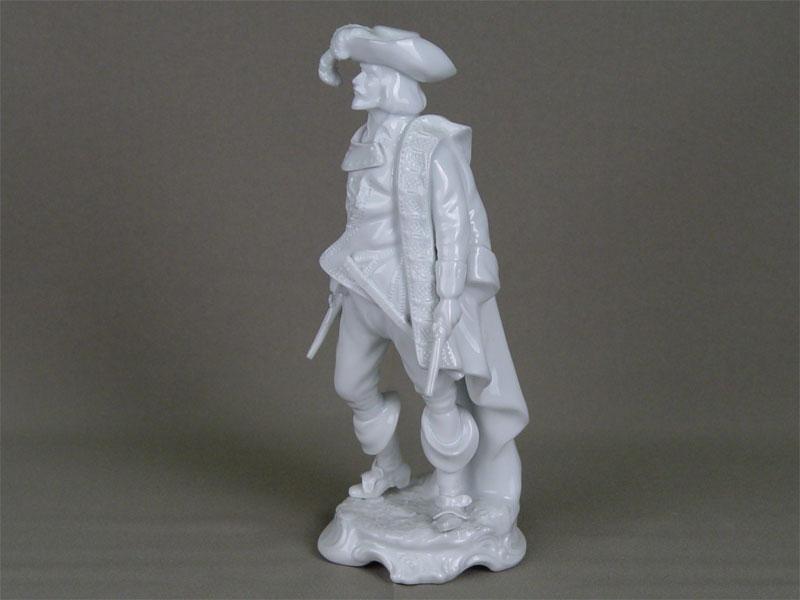Скульптура «Мушкетер», фарфор. Западная Европа, XXв., высота— 22см (есть незначительный скол)