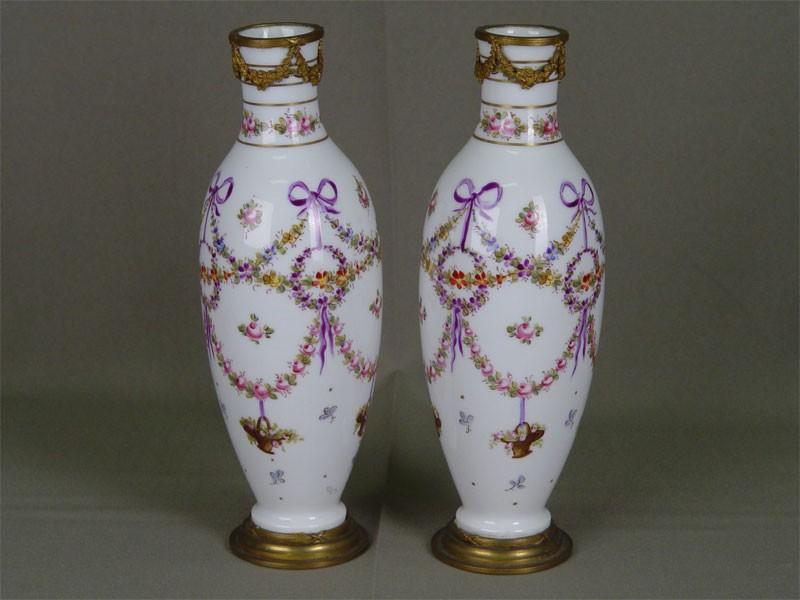 Пара ваз дляцветов, фарфор, роспись надглазурная; бронза. Франция, конец XIXвека, высота— 24,5см