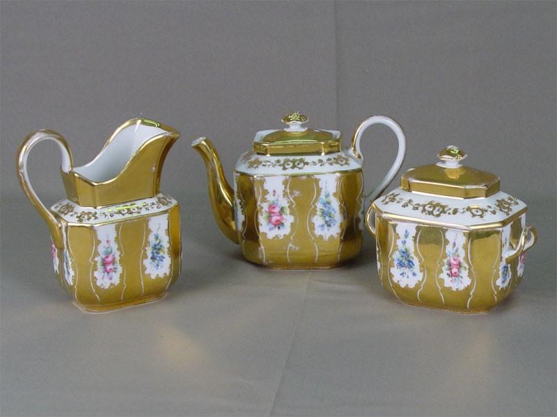 Чайный набор: чайник, молочник, сахарница идве чайных пары. Фарфор, роспись надглазурная, золочение. Западная Европа, XIXв., h чайника = 12см