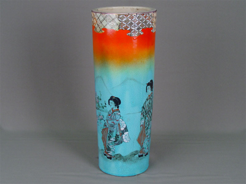 Ваза дляцветов, фарфор, роспись надглазурная. Япония, конец XIX— начало XXвека, высота— 33см