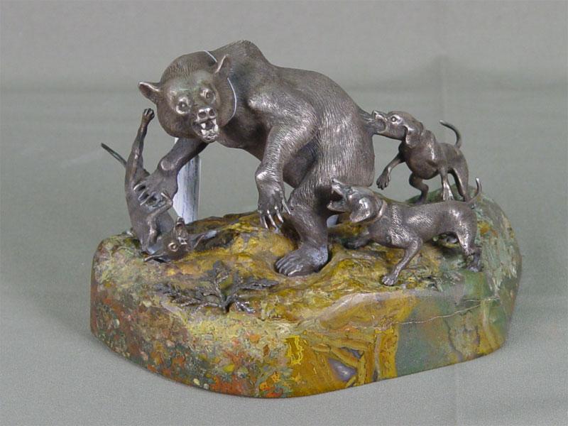 Скульптура «Травля медведя», серебро пореактиву, камень. Россия, XXвек, высота— 11см, длина— 16см