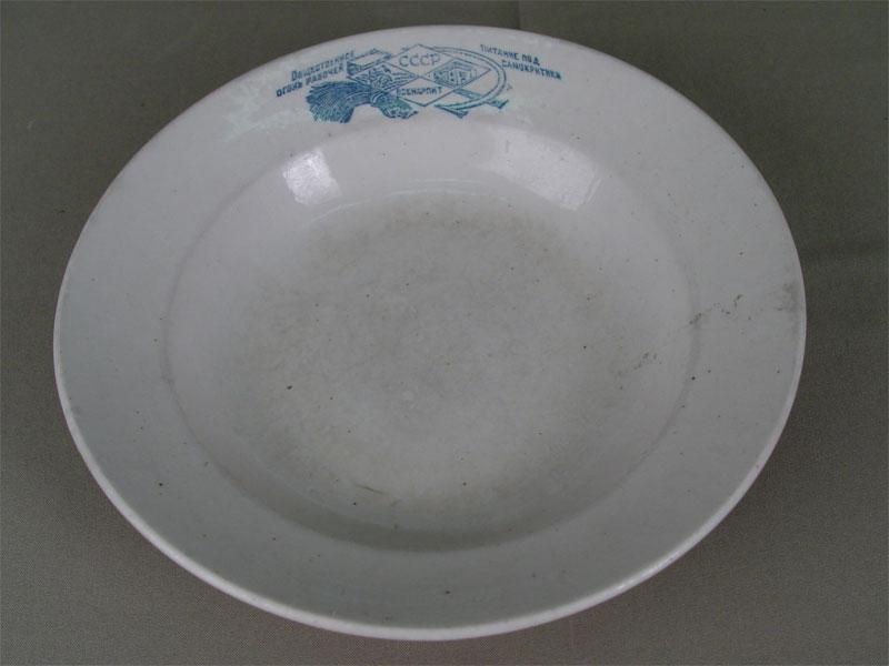 Тарелка «Общественное питание подогонь рабочей самокритики», фарфор, печать, 1920—<nobr>1930-е</nobr>гг, диаметр— 24см