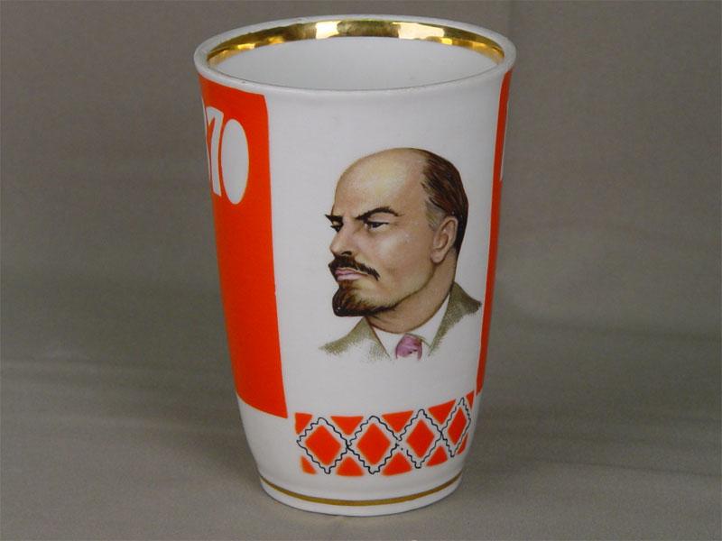 Ваза дляцветов к100-летию содня рождения В.И.Ленина сего портретом, фарфор, печать. Россия, 1970г, высота— 15см