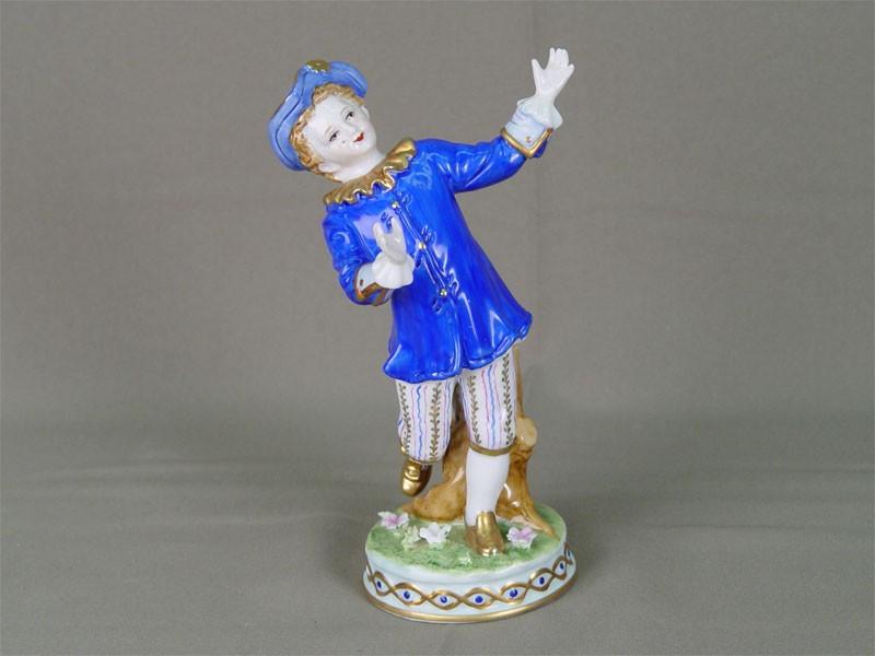 «Мальчик всинем камзоле», фарфор, роспись надглазурная. Западная Европа, конец XIX— начало XXвека, высота— 18см