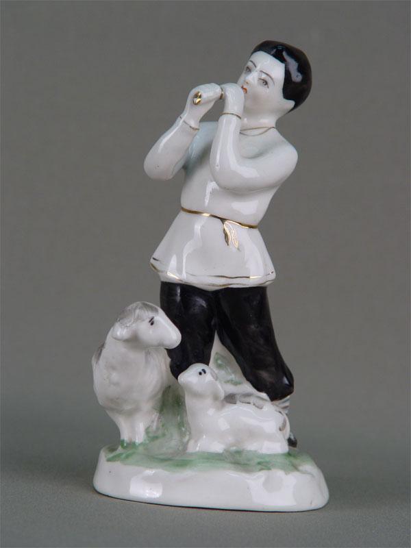 Скульптура «Пастушок», фарфор, роспись надглазурная. Россия, середина XXвека, H=17,5см