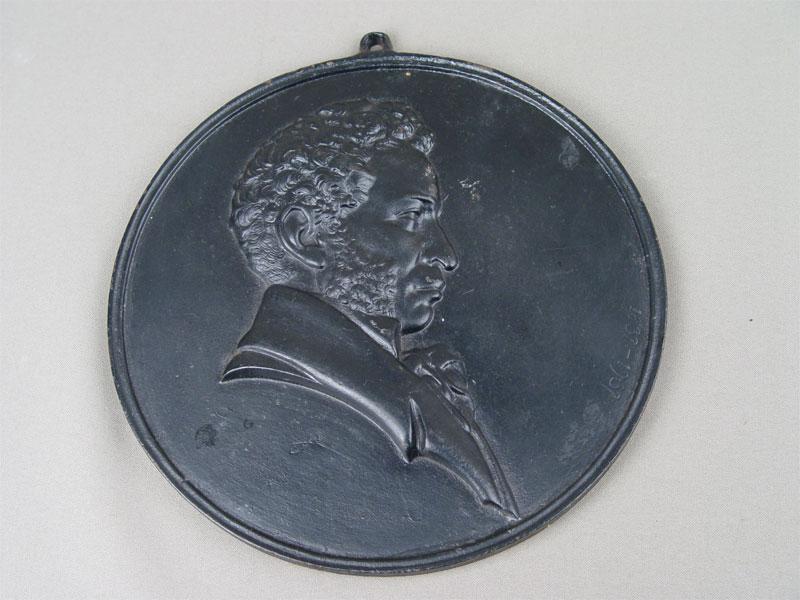 Барельеф «А.С.Пушкин», чугун, литье, покраска. Касли, 1954год, диаметр— 21,5см