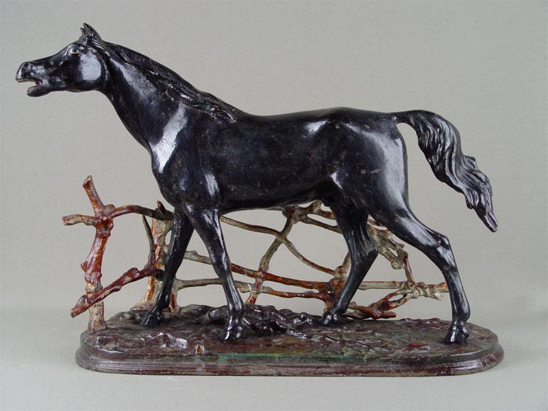 Скульптура «Конь возлеизгороди», чугун, литье, покраска. Касли, начало XXвека, высота— 29,5см