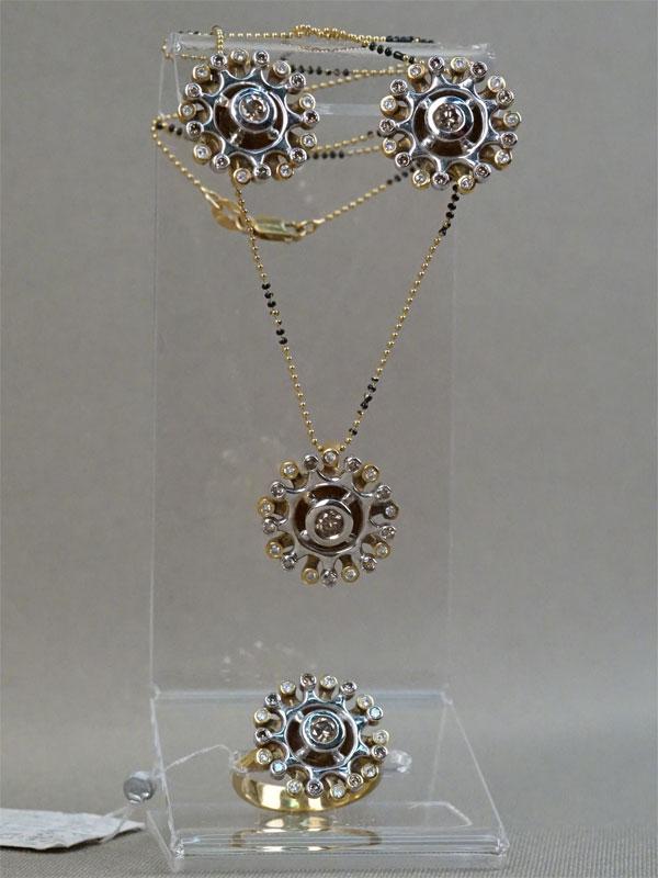 Комплект: серьги, кольцо иподвеска сцепью. Золото пореактиву, эмаль. Общий вес— 38,97г. Вставки: бриллианты сумма 2,12кар./ct, размер кольца 18,0