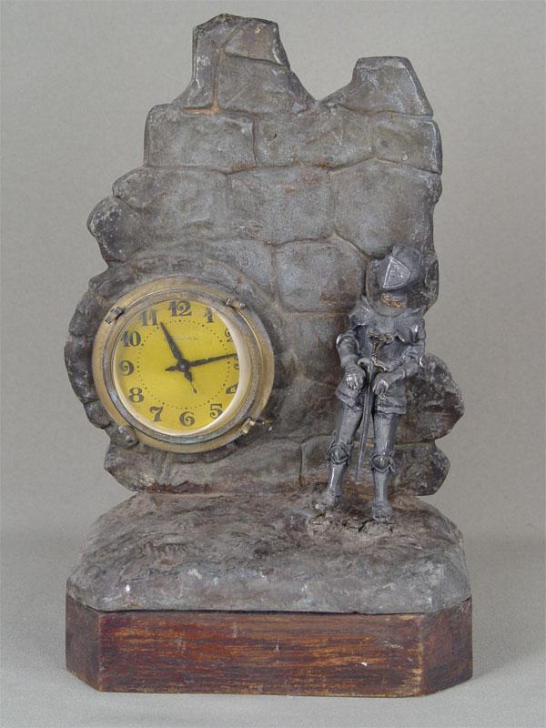 Антиквариат. Часы настольные «Рыцарь», металл