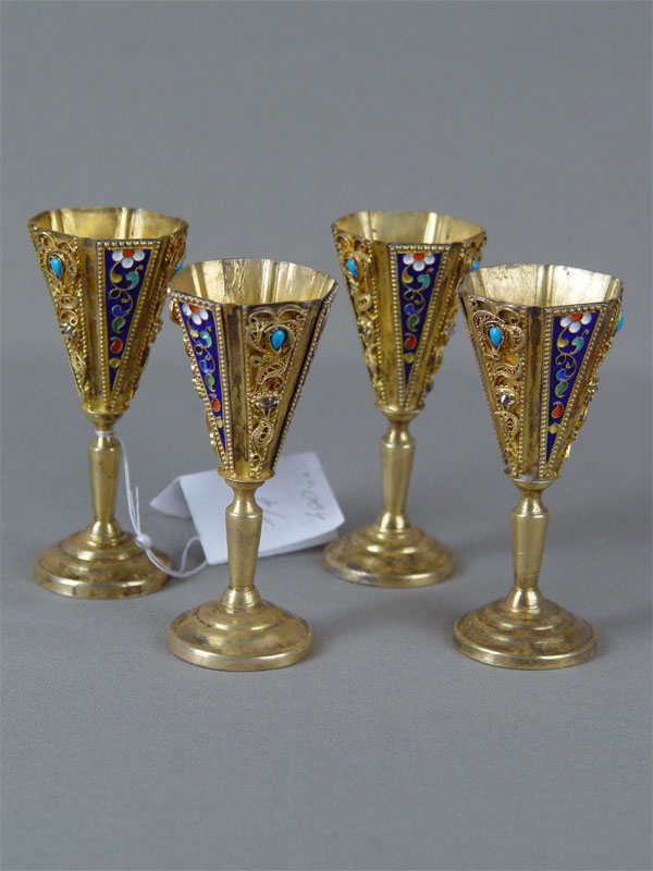Четыре рюмки, серебро пореактиву, позолота, скань, перегородчатая эмаль, стекло; общий вес— 182г, высота— 9,5см