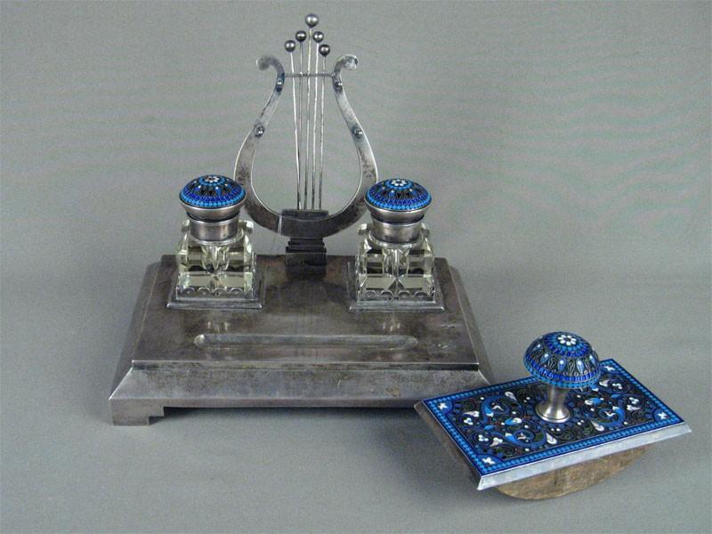Письменный прибор, серебро 84пробы, многоцветная эмаль; чернильницы стекло. Россия, конец XIX— начало XXвека, 15,5×22×20см