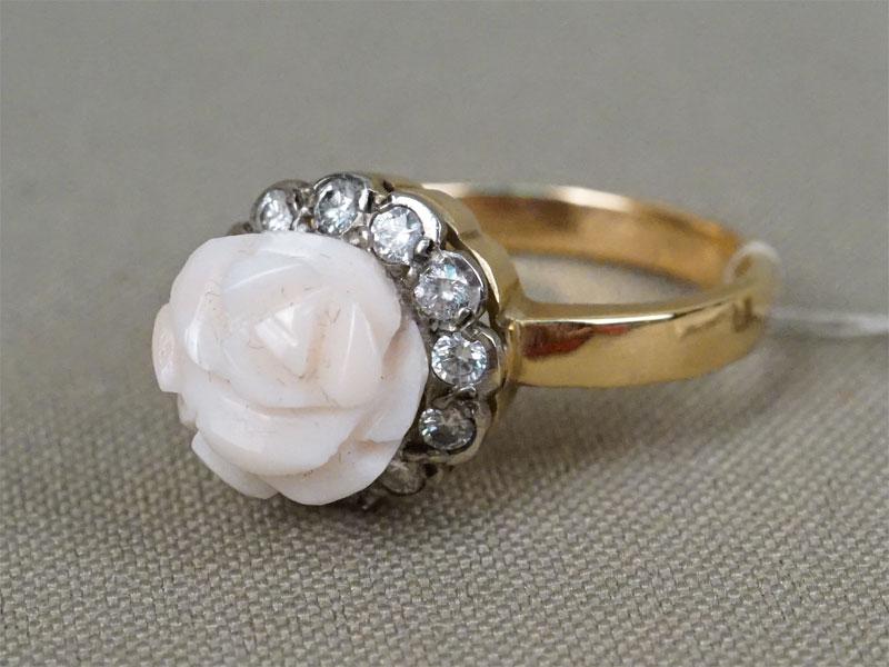 Кольцо, золото 583пробы, общий вес— 6,2г. Вставки: коралл, бриллианты (12бриллианта Кр57— 0,468ct 4/5), размер кольца 17,75