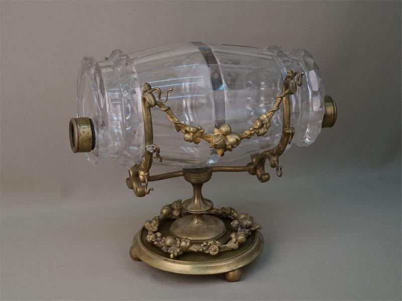 Графин «Бочонок», стекло, бронза. Западная Европа, конец XIX— начало XXвека, высота— 20см (требует реставрации)