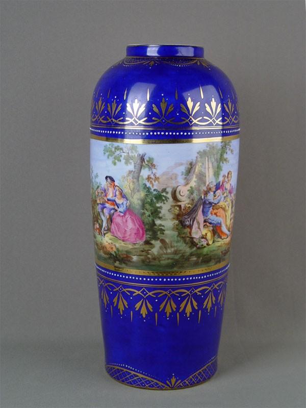 Ваза дляцветов, фарфор, деколь сподрисовкой. Западная Европа, конец XIX— начало XXвека, высота— 36см