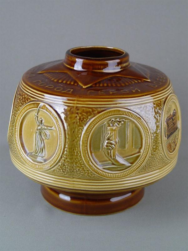 Ваза «Волгоград-город герой», керамика. Волгоград, 1970-е гг, высота— 25см