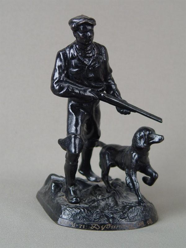 Скульптура «Охотник ссобакой», чугун, литье, покраска. Касли, 1976год, высота— 18см