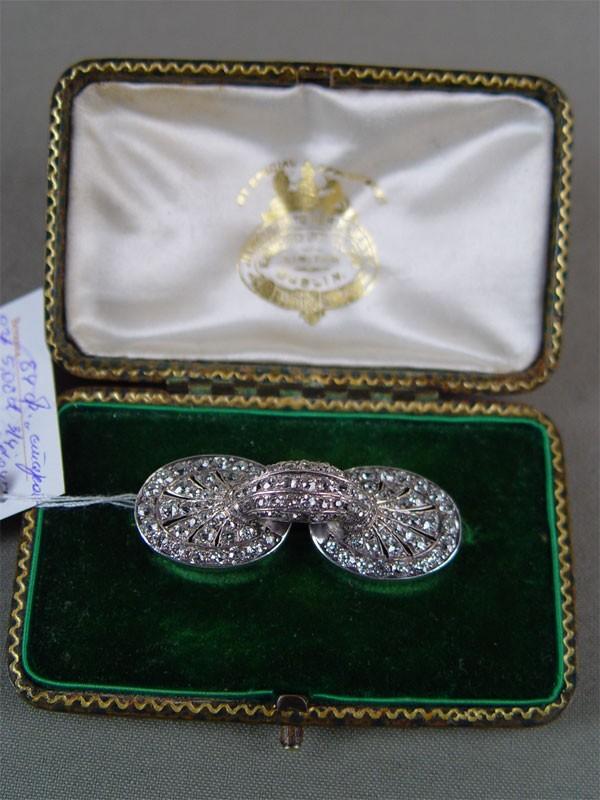Брошь, золото пореактиву, общий вес— 15,6г, размер: 5×2см. Вставки: бриллианты (84бриллианта «Старой» огранки— 5,08ct 3/4; 67алмазов— 0,45ct)