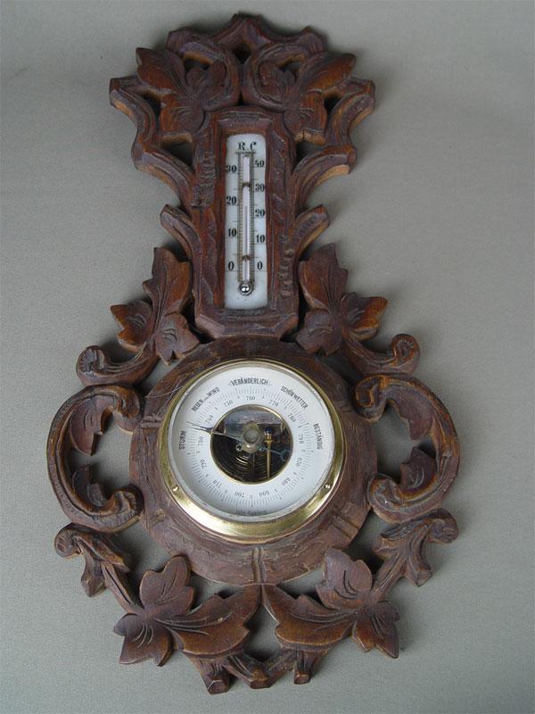 Над внешним убранством антикварных часов работали известные художники.