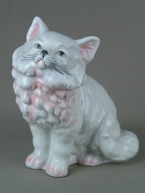 «Кошка», фарфор, роспись надглазурная, высота— 17см, середина XXвека