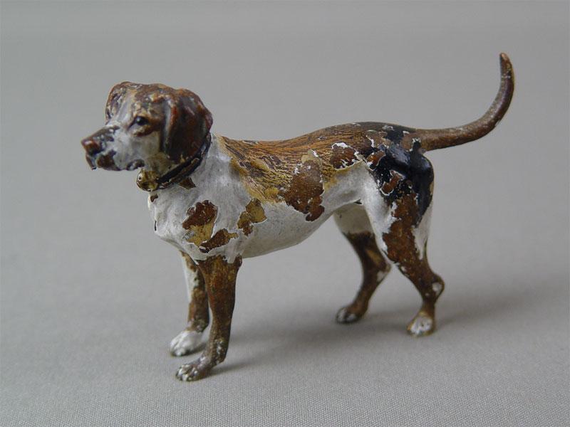 «Охотничья собака», бронза, литье, роспись красками. Западная Европа, конец XIX— начало XXвека, высота— 6,5см