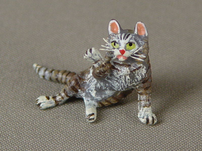 «Играющая кошка», бронза, литье, роспись красками, высота— 2,5см