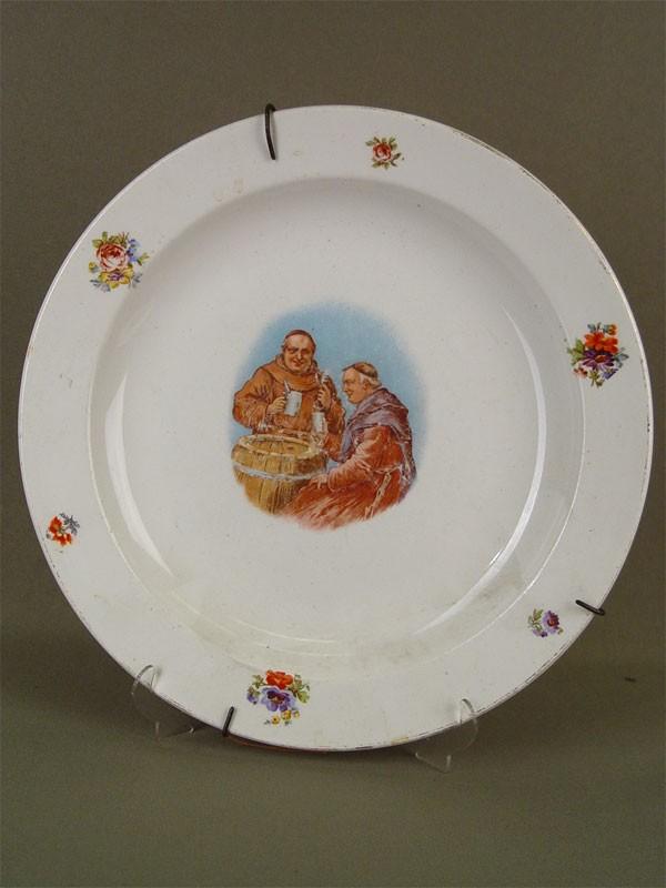 Тарелка настенная «Два монаха», фарфор, деколь. Западная Европа, начало XXвека, диаметр— 25см
