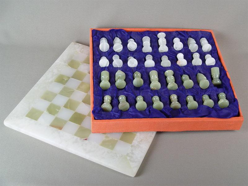 Шахматы вфутляре сдоской, оникс, середина XXвека, 36×35см (футляр)