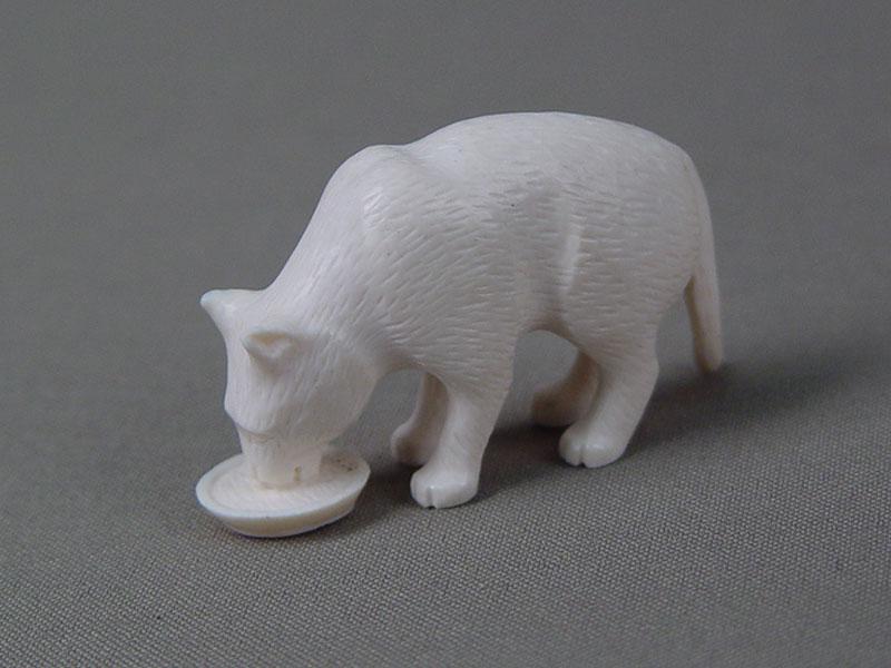 «Кошка пьет молоко», кость, резьба, высота— 5,5см