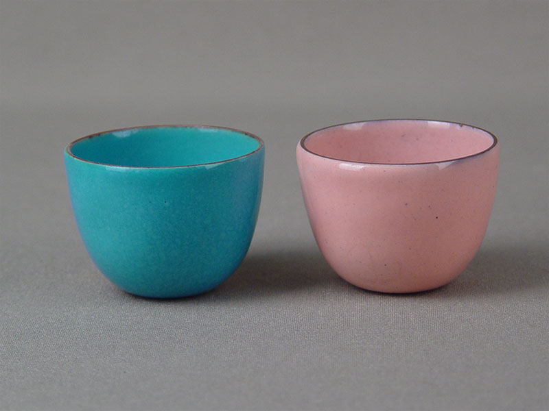 Две чашки длясакэ, медь, эмаль, диаметр— 4,5см