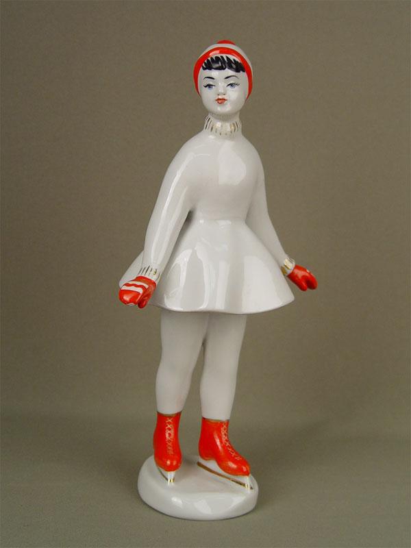 Скульптура «Фигуристка», фарфор, роспись надглазурная. КХЗ, середина XXвека, высота— 28,5см