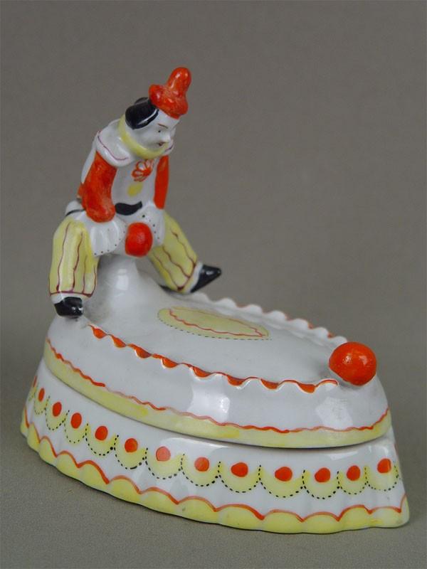 Шкатулка «Клоун смячами», фарфор, роспись надглазурная, Барановка, 1970-е гг, длина— 15см