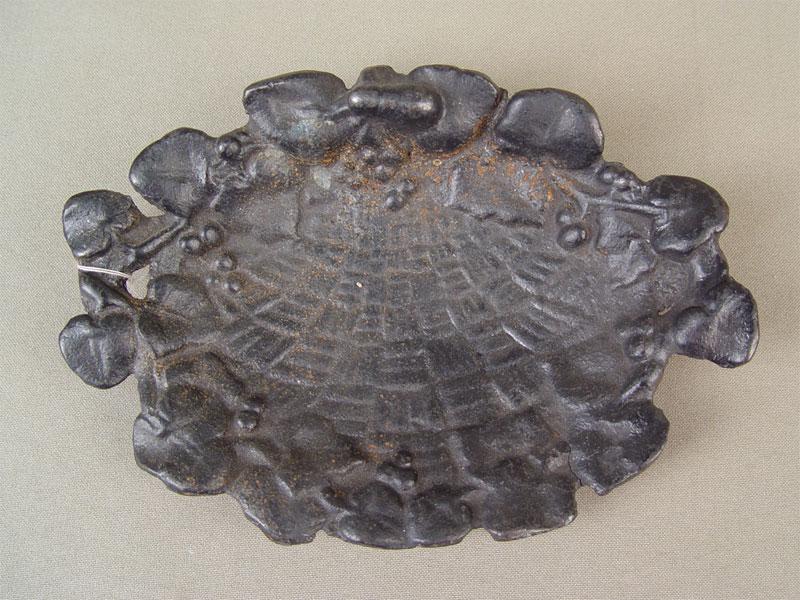 Пепельница «Корзинка слистьями покраю», чугун, литье, покраска. Касли, середина XXвека, размер: 18×12см