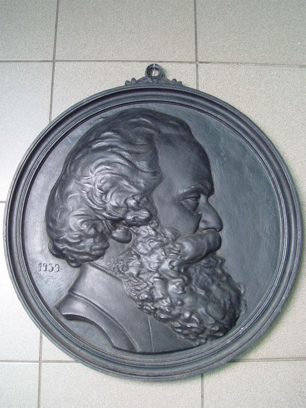 Барельеф «Карл Маркс», чугун, литье, покраска. Касли, 1939год, диаметр— 57см