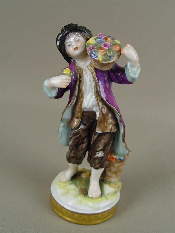 «Мальчик скорзиной цветов наплече», фарфор, роспись надглазурная. Западная Европа, начало XXвека, высота— 15см