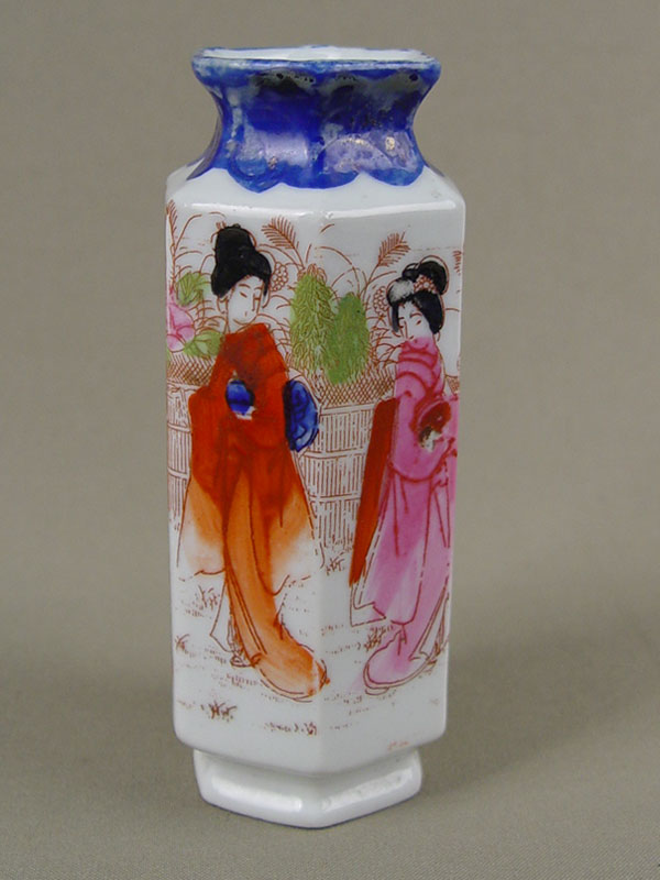 Ваза дляцветов «Две девушки», фарфор, роспись. Япония, XXв., высота— 13см
